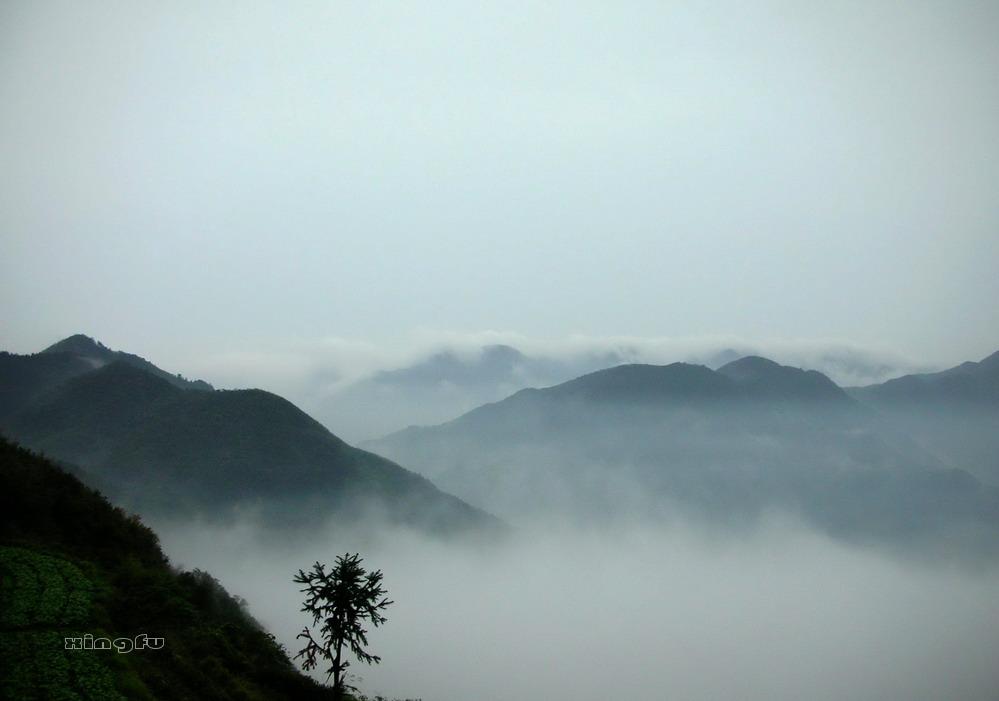 安顶山云蒸霞蔚的景色